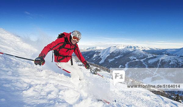 Österreich  Salzburger Land  Altenmarkt-Zauchensee  Mittelalterlicher Skifahrer auf der Piste im Winter