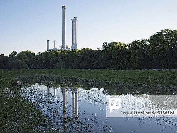 Deutschland  München  Blick auf das Heizkraftwerk mit der Isar im Vordergrund