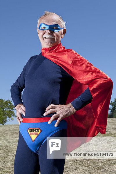 Österreich  Burgenland  Senior Mann in Superman's Kostüm