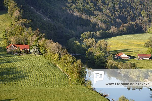 Deutschland  Bayern  Schwaben  Allgäu  Oberallgäu  Altusried  Kalden  Illerblick mit Dorfhäusern