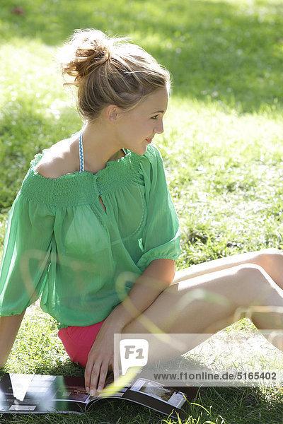 Junge Frau mit grüner Bluse  Portrait Junge Frau mit grüner Bluse, Portrait