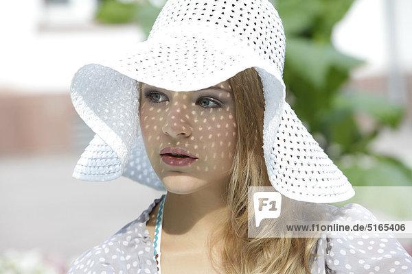 Junge Frau mit weißem Hut