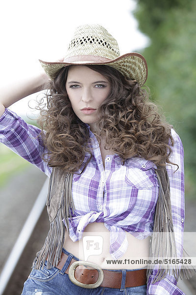 Junge Frau Als Cowgirl 1 20 Bis 25 Jahre 20 Bis 30 Jahre 20 25 Jahre