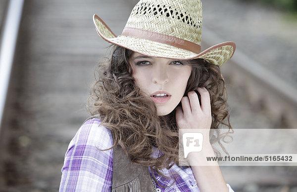 Junge Frau als Cowgirl