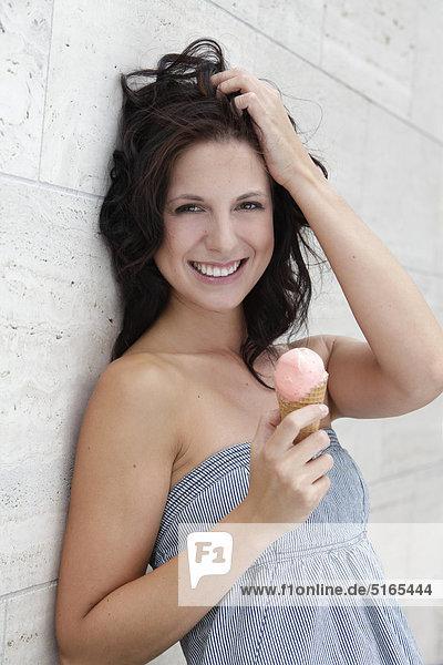 Junge Frau mit Eis