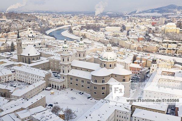 Salzburger Altstadt mit Dom im Winter  Österreich