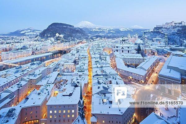 Salzburg an einem Winterabend  Österreich
