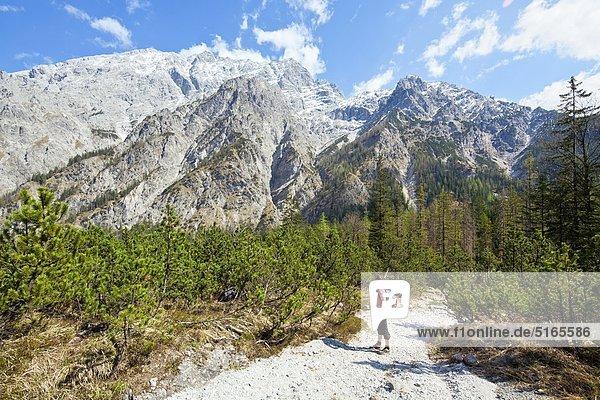Frau wandert im Wimbachtal  Berchtesgadener Alpen  Deutschland