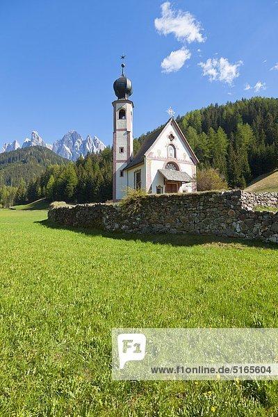 Barockkirche zum Heiligen St. Johann in Ranui im Villnösstal  Dolomiten  Italien