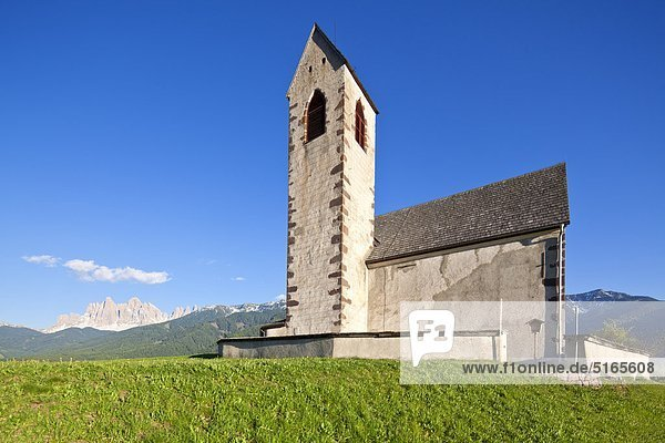 Kirche St. Jakob am Joch vor den Geislerspitzen  Villnösstal  Dolomiten  Italien