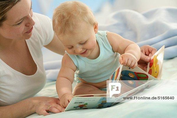 Mutter und Baby mit Bilderbuch