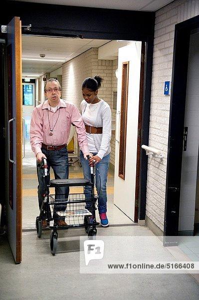 Wohnhaus Hilfe Zimmer Senior Senioren jung Innenaufnahme Bevölkerungsgruppe wandern Sorge Wohnzimmer Frühstück Rotterdam