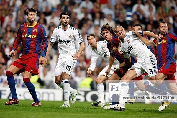 zwischen  inmitten  mitten  Madrid  Hauptstadt  Freiheit  sehen  treten  Spiel  Natürlichkeit  Ball Spielzeug  Barcelona  Spanien