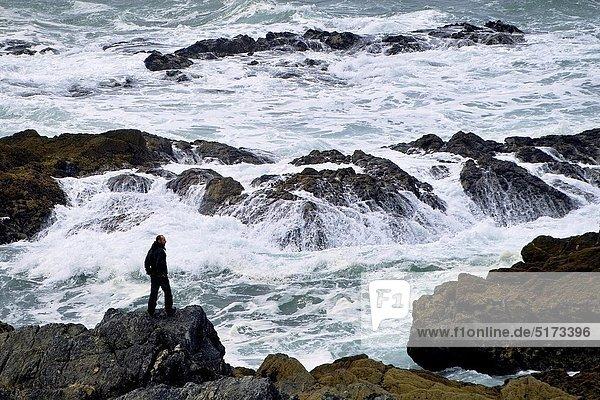 Felsbrocken  stehend  Mann  Meer  Ignoranz  Gewalt  Achill Island  Irland