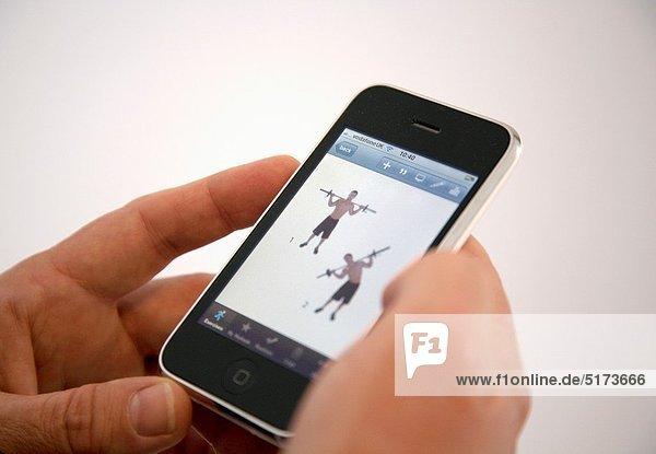 zeigen  Mann  halten  Iphone  app