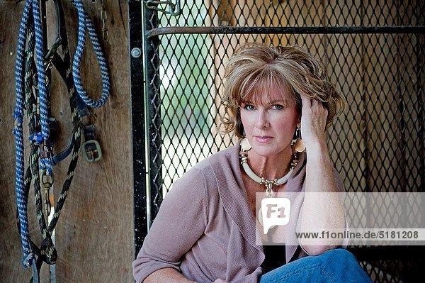 Portrait  Frau  sehen  Freizeitbekleidung  Tischset  Kleidung  Scheune  Blick in die Kamera  blond  alt  Jahr