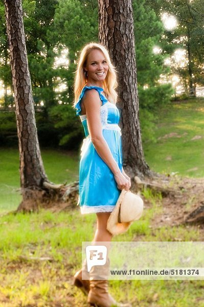 Portrait  blond  Frau  Freizeitbekleidung  Hut  blau  Strohhut  Stroh  Kleid  alt  Jahr