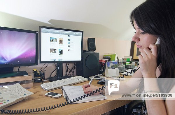 Interior  zu Hause  Jugendlicher  arbeiten  Mädchen