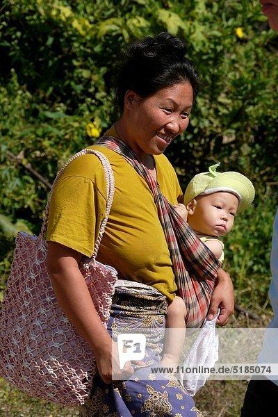 Dorf  Besuch  Treffen  trifft  Mutter - Mensch  verboten  katholisch  Thailand