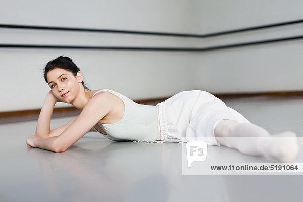 Tänzer  Studioaufnahme  Ballett  Spagat machen