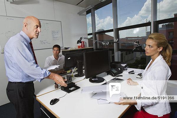 Geschäftsmann im Gespräch mit Kollegen