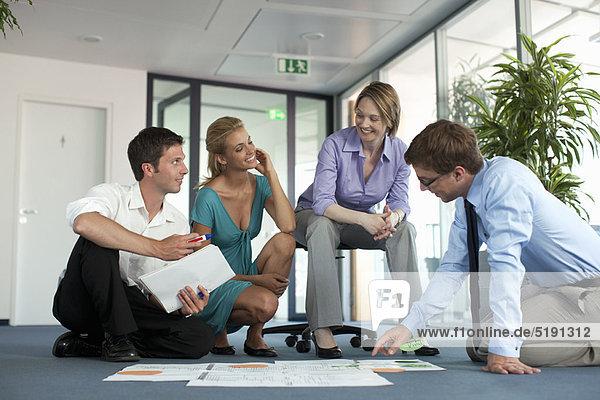 Geschäftsleute  die die Arbeit im Büro prüfen