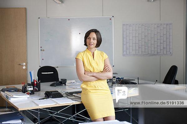 angelehnt  Geschäftsfrau  Schreibtisch  Büro