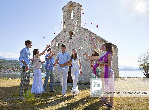 Freunde feiern Brautpaar