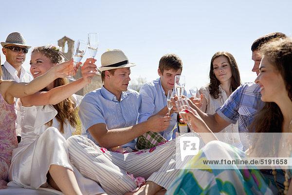 Freunde stoßen auf das frisch verheiratete Paar an.