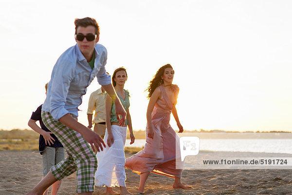 Zusammenhalt  Mensch  Menschen  Strand  spielen