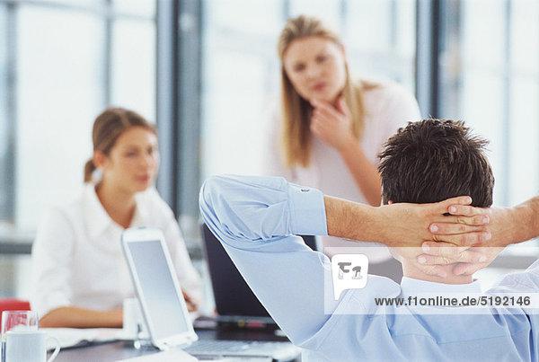 Schreibtisch  Geschäftsmann  Entspannung