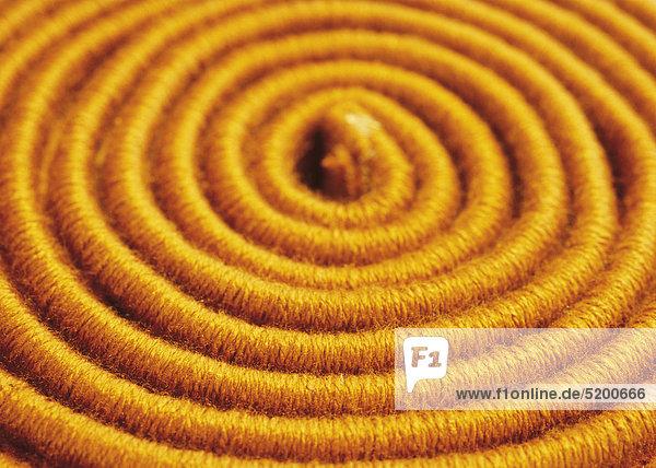 Aufgerollter  oranger Teppich  Detail