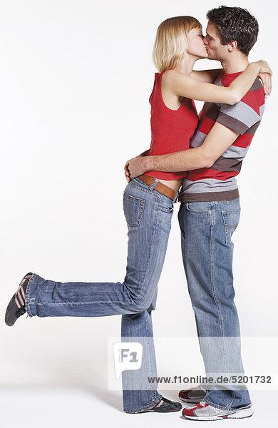 Junges Paar  Stehen Sich Gegenüber  Küssen sich