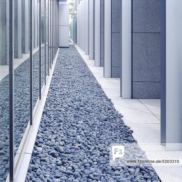 Kies zwischen modernen Fassaden