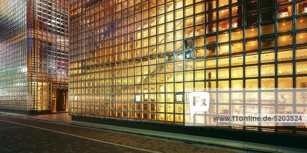 Beleuchtete Glasfront von Gebäuden  Glasbausteine