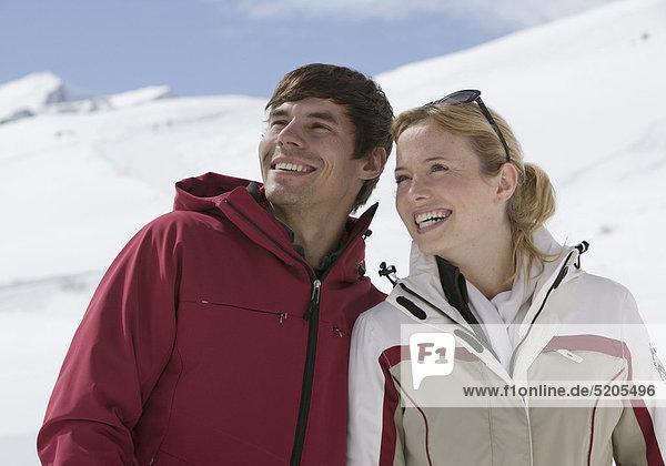 Paar in Skianoraks  Lachen  Halbporträt