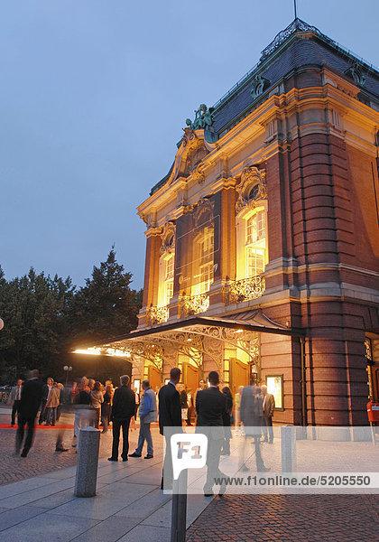 Laeiszhalle Hamburg  klassisches Konzertgebäude  Besucher  abends