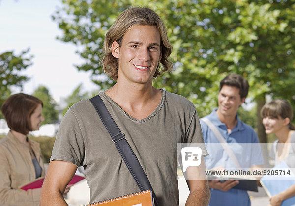 Student  Halbporträt  drei Studenten im Hintergrund