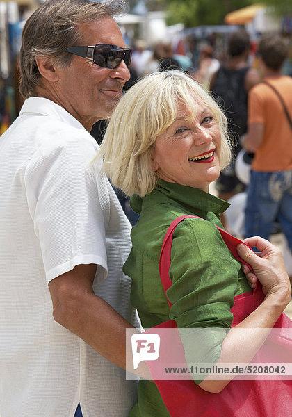 Älteres Paar beim Einkaufsbummel im Urlaub