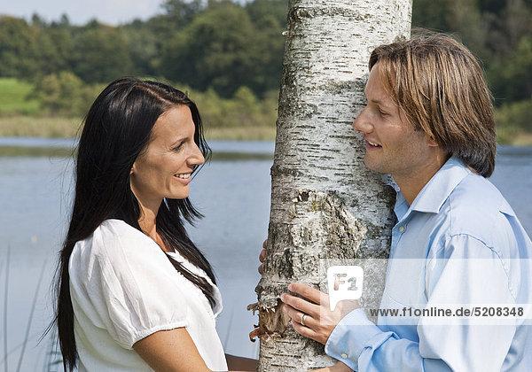 Paar im Sommer  schaut sich an