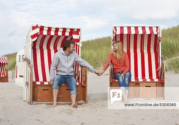 Paar am Ostseestrand  mit Strandkorb