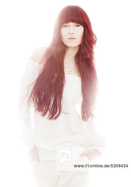 Junge Frau mit roten  langen Haaren