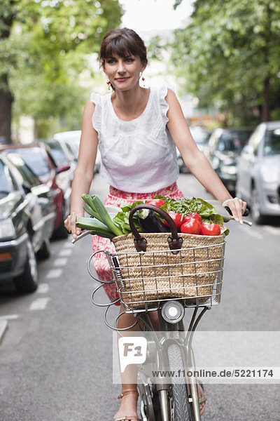Frau mit Gemüse auf dem Fahrrad  Paris  Ile-de-France  Frankreich