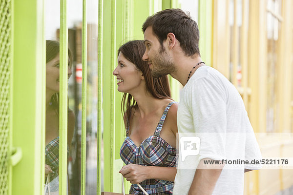 Paar schaut auf das Schaufenster eines Ladens  Paris  Ile-de-France  Frankreich