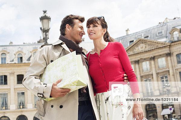 Paar auf einer Straße  Paris  Ile-de-France  Frankreich
