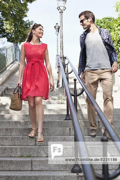 Paar  das Treppen hinuntergeht  Montmartre  Paris  Ile-de-France  Frankreich