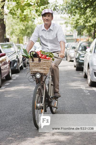 Mann mit Gemüse auf dem Fahrrad  Paris  Ile-de-France  Frankreich