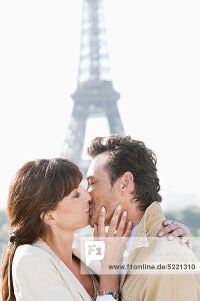 Paarküssen mit dem Eiffelturm im Hintergrund  Paris  Ile-de-France  Frankreich