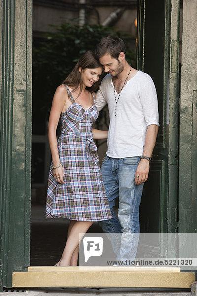 Romantisches Paar am Eingang  Paris  Ile-de-France  Frankreich