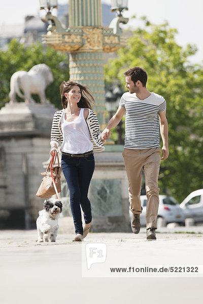 Paar läuft mit einem Welpen  Paris  Ile-de-France  Frankreich